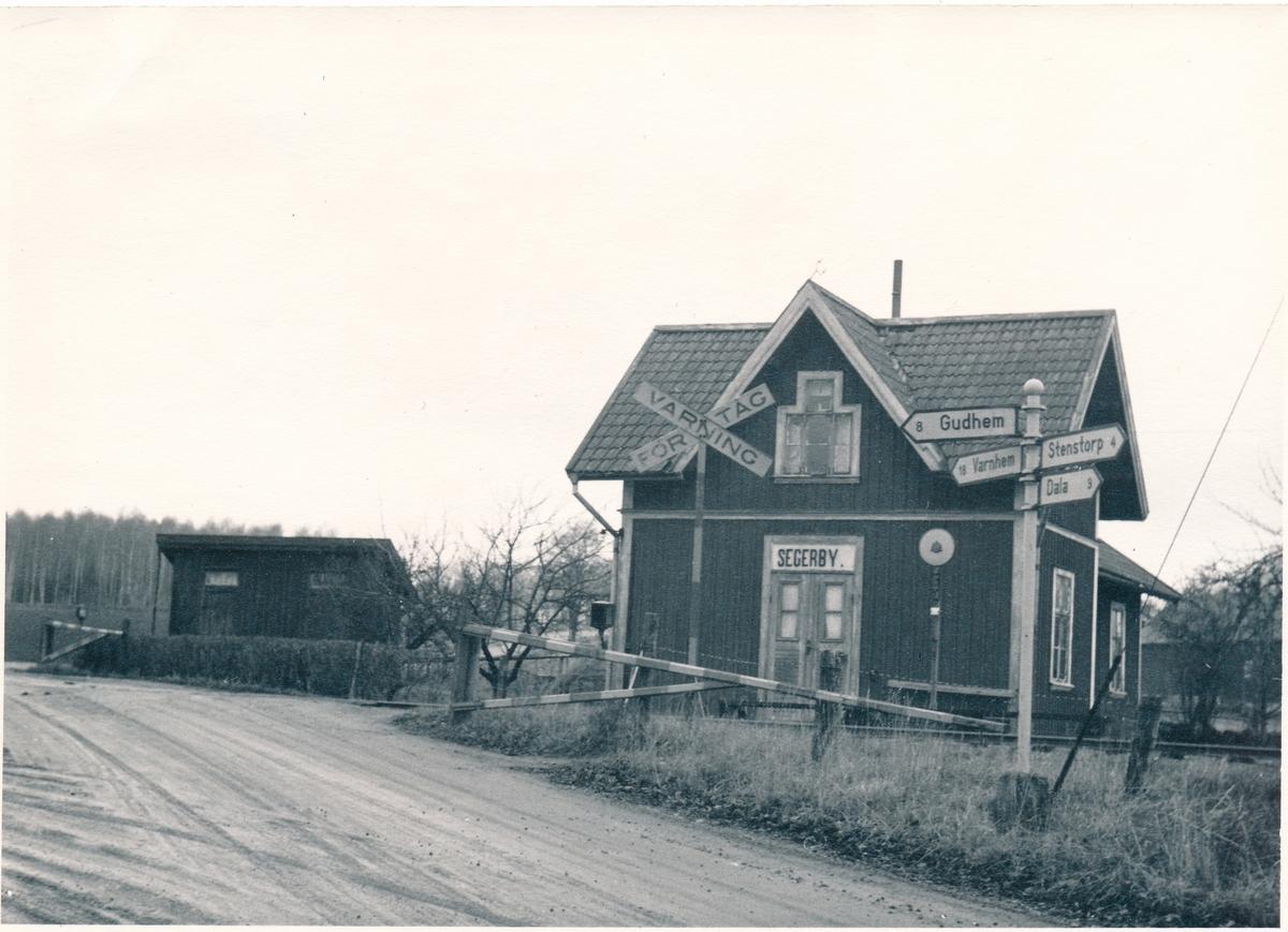 Hållplats öppnad på 1874. På begäran av kommunalförman i Segerstad den 1906-03-27 tillbyggdes väntesalen. Innan dess var det vaktens kök som fungerade som väntsal för resande. Med tillkomsten av postanstalten ändrades hållplatsens namn från Segerstad till Segerby.  Den nedlades 1961.
