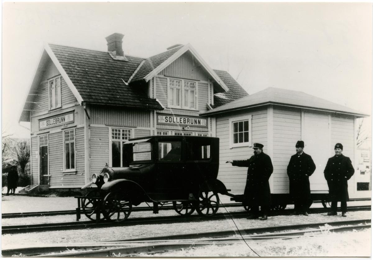 Bildressin med vagn vid Sollebrunn Station. Västergötland-Göteborgs Järnväg, VGJ. Var mellan 1900-1970 station på Västgötabanan. Köptes av Statens Järnvägar, SJ 1948. Banan nedlagd 24/8 1970.