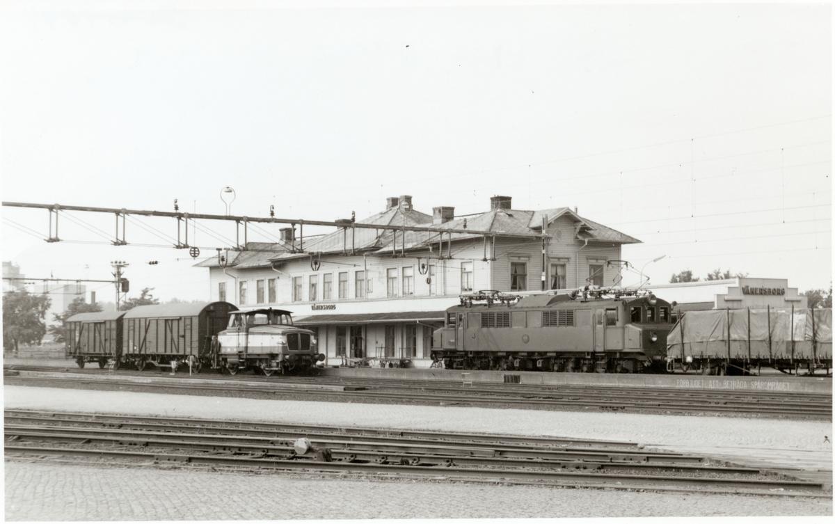Vänersborgs station, med Ellok Statens Järnvägar SJ Mg 618 och lokomotor Statens Järnvägar SJ Z 70.