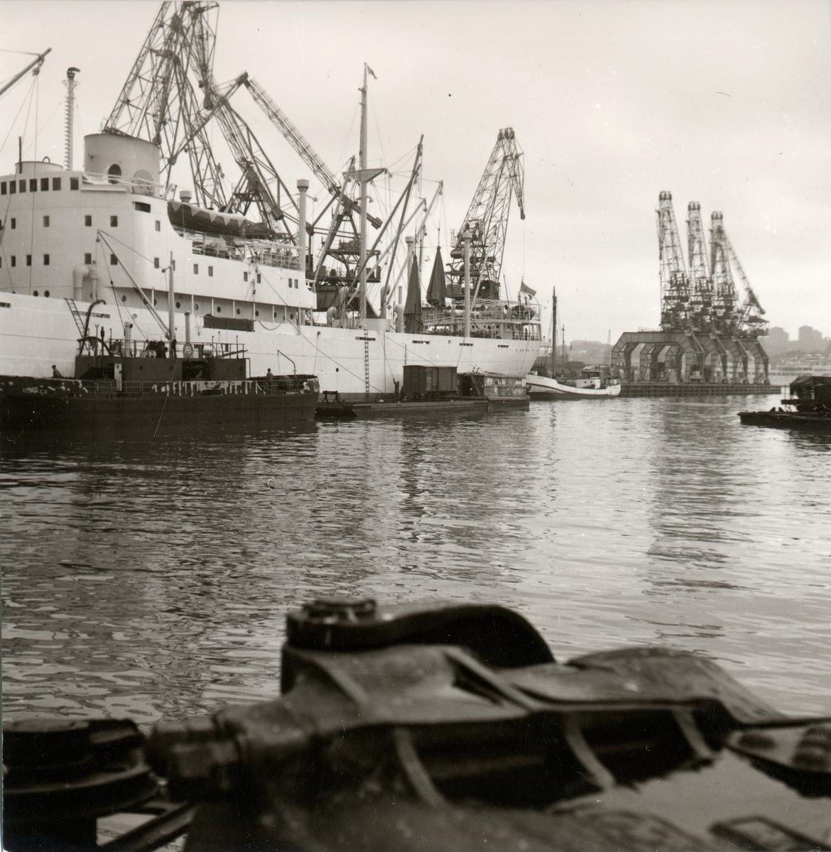 Göteborgs hamn. Pråmar försedda med räls för transport av smalspåriga godsvagnar till och från fartyg och industrier vid Göteborgs hamn.