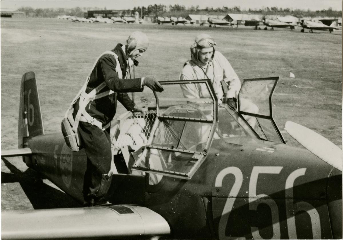 Ljungbyhed regemente, lärare och elev före flygning vid F5. Flygplan SK25 byggd i Örnsköldsvik.