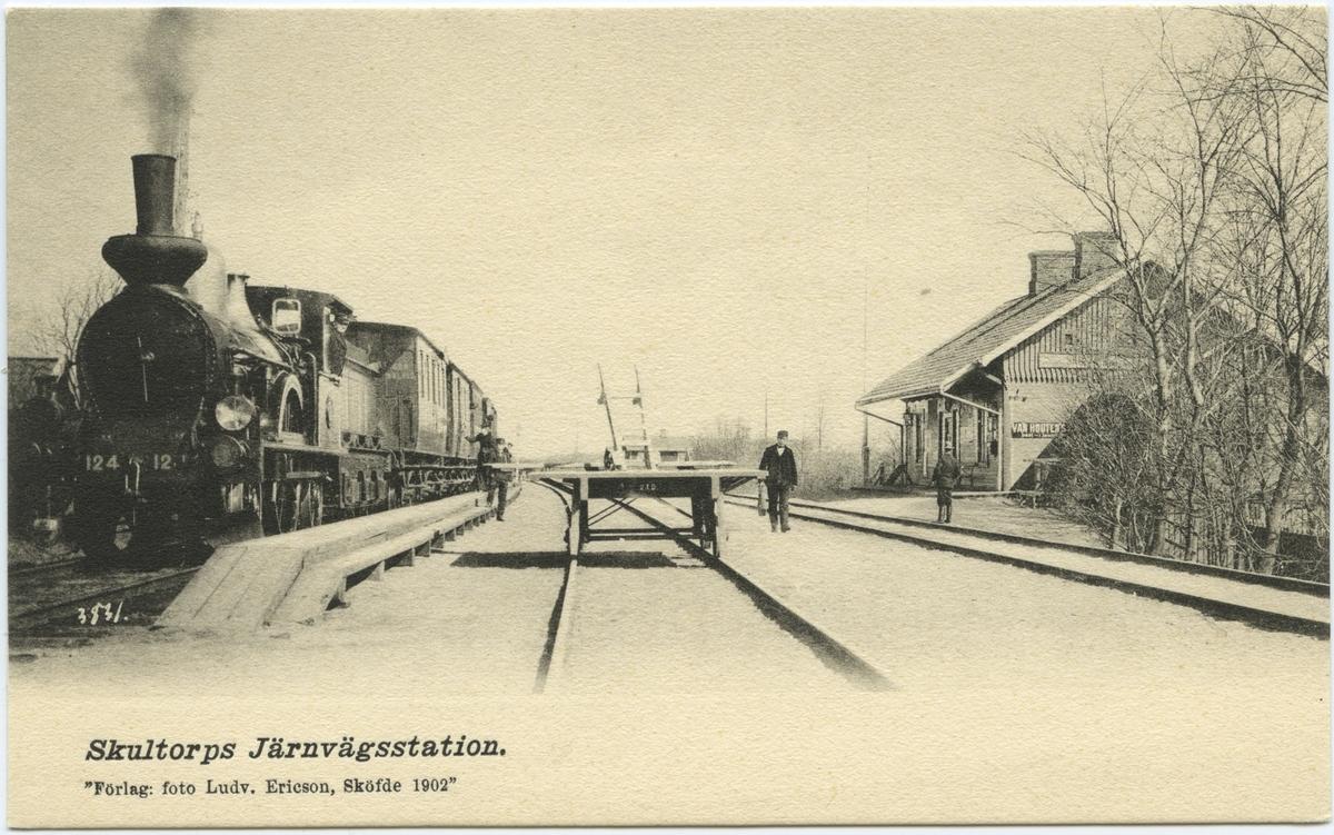 """Skultorps station med ångloket  Statens Järnvägar, SJ Aa 124 """"Åke""""."""