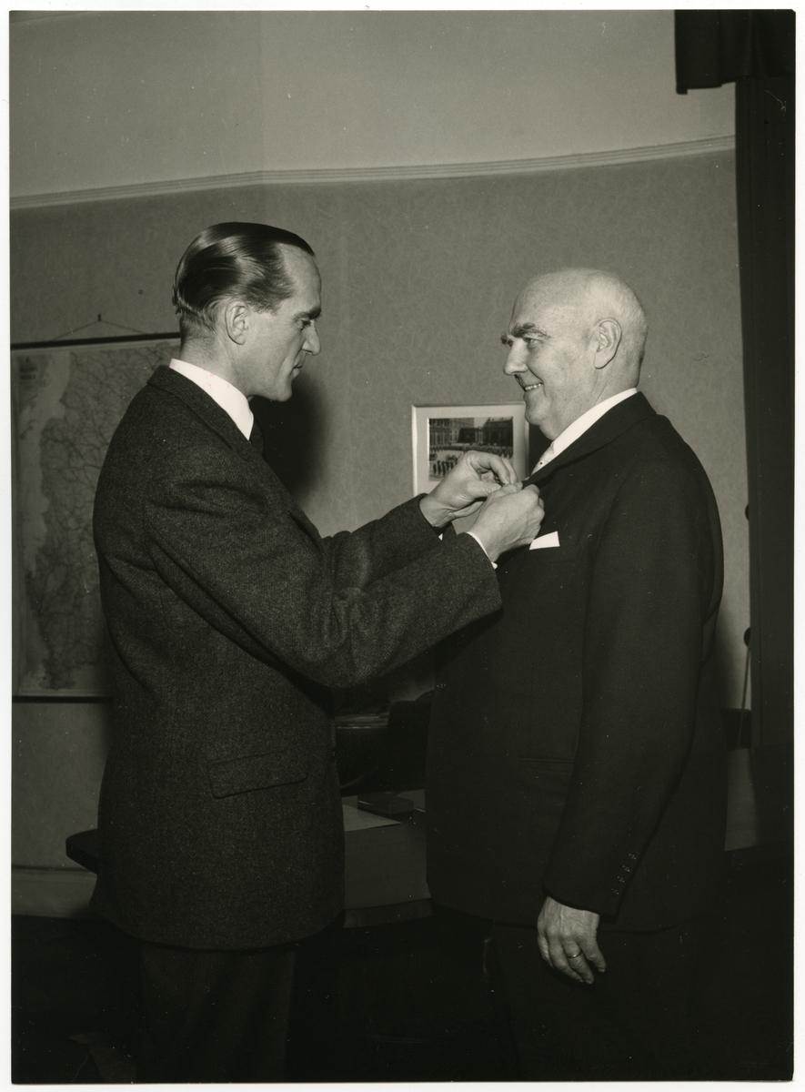 Distriktschef R Markland Malmö avtackas i plenisalen och på Försvarsbyrån, Stockholm 1956 12 28.