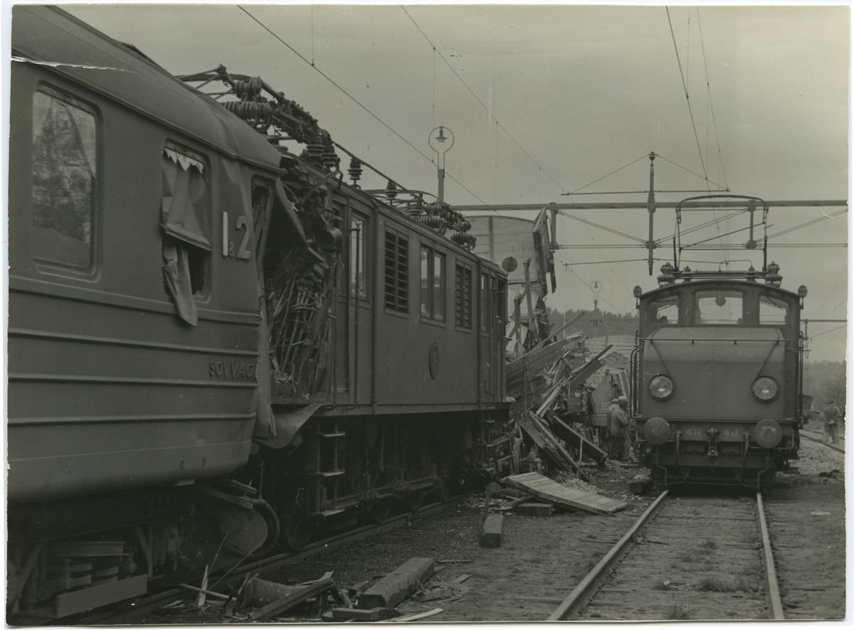 Tågolycka. Till höger i bild hjälplok Statens Järnvägar, SJ Ha 471.