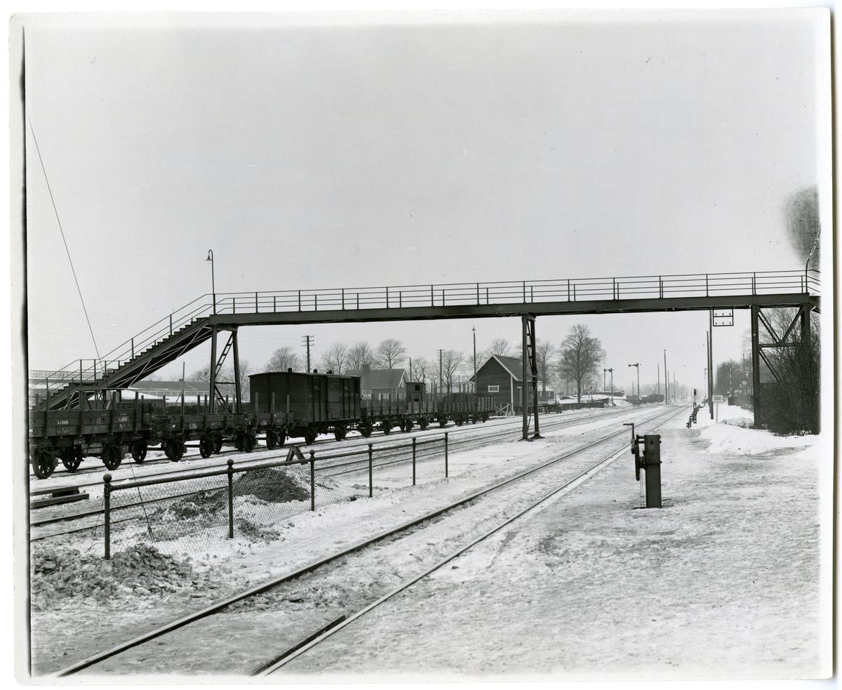 Övergångsbro vid Tureberg station. På spåret syns bland annat Statens Järnvägars godsvagnar SJ 5630, SJ 2434 och SJ 10996.