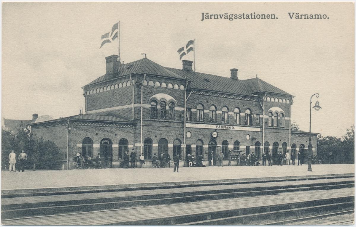 Värnamo station. Halmstad-Nässjö Järnväg, HNJ. Första stationshuset byggdes 1877 och revs 1995 för att det stod i vägen för en planerad  vägkorsning. Första lokstallet byggdes 1875 men revs 1894 och ett nytt byggdes på annan plats på bangården. Ett nytt stationshus byggdes 1899 av Skånes-Smålands Järnväg, SSJ men byggnaden användes aldrig som järnvägsstation då SSj och HNJ enades om att använda HNJ station. 1902 byggdes ett nytt gemensamt stationshus vid godsmagasinet. 1903 anslöts Borås- Alvesta, BAJ hit och då byggdes ett nytt godsmagasin som  bekostades av BAJ. Detta magasin tillbyggdes 1918 och 1935. HNJs gamla stationshus flyttades 1902 och blev bostads- och överliggningshus.