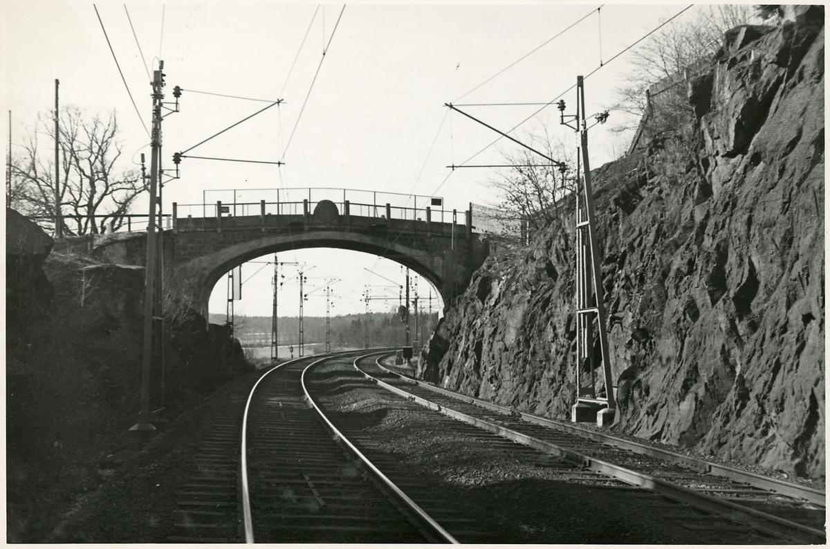 Bro över järnvägen strax utanför Älvsjö station.