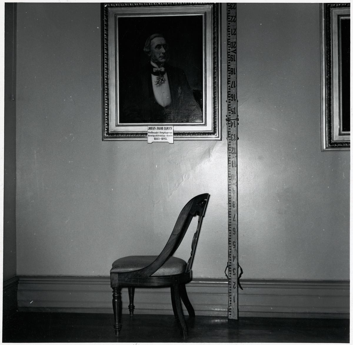 Stol i rum 203 Göteborgs Centralstation. Tavlan på väggen är ett porträtt av Johan Jakob Ekman, ordförande i Bergslagernas Järnvägsaktiebolags styrelse under åren 1883 - 1895.