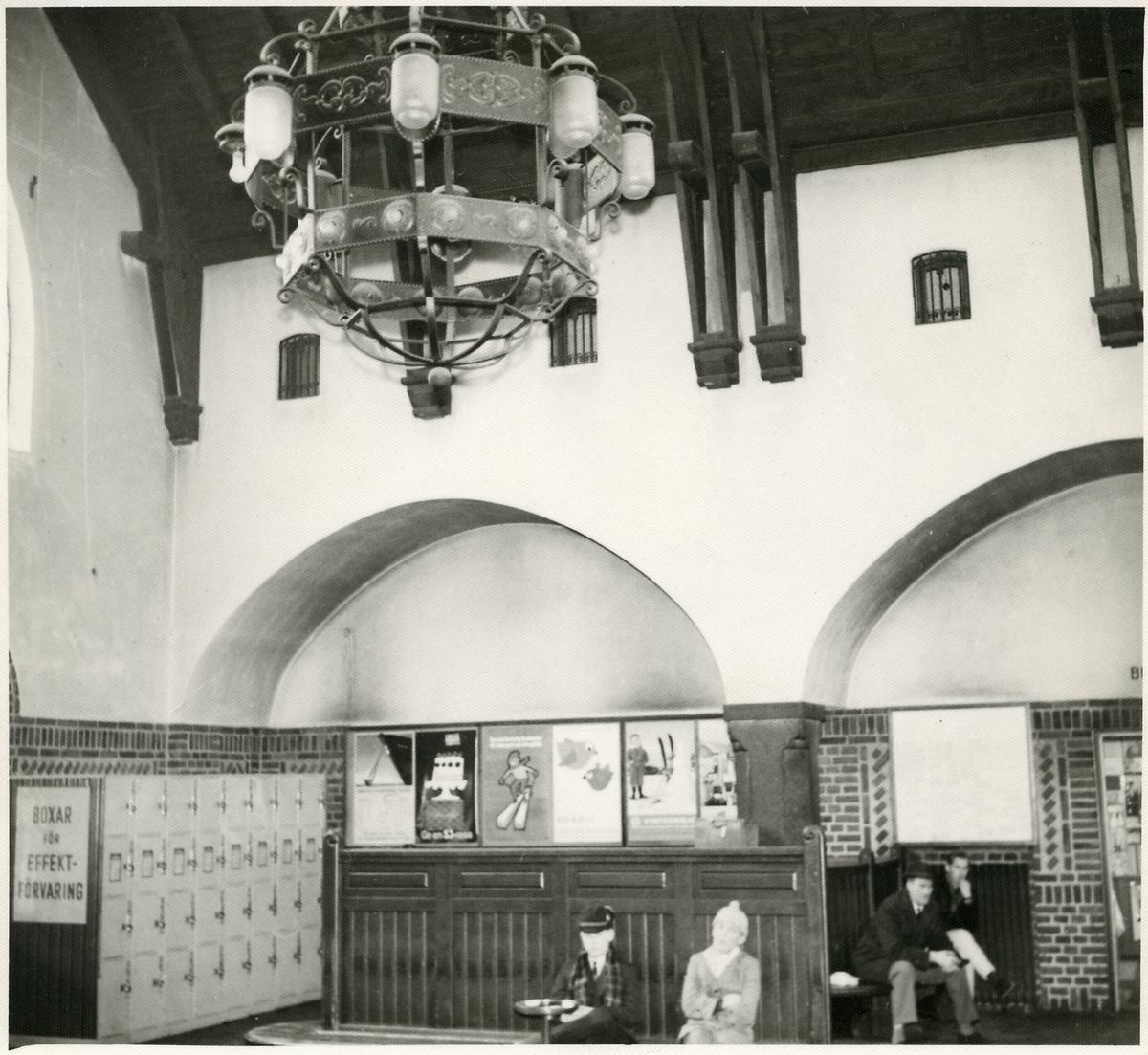 Kristianstads väntsal med förvaringsboxar.