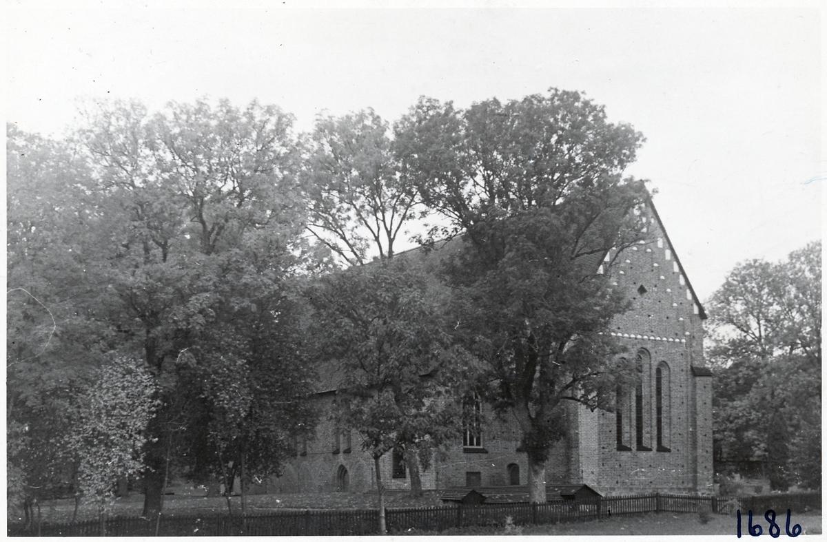 Kyrkan som ligger bredvid busstation i Sigtuna.