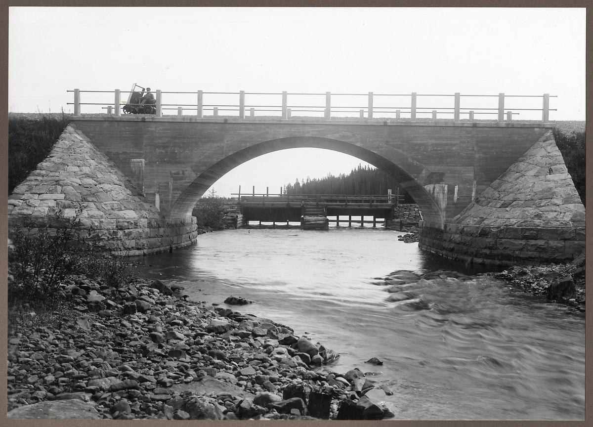 Järnvägsbro över Horrmundsvallen och vägbron i bakgrunden.