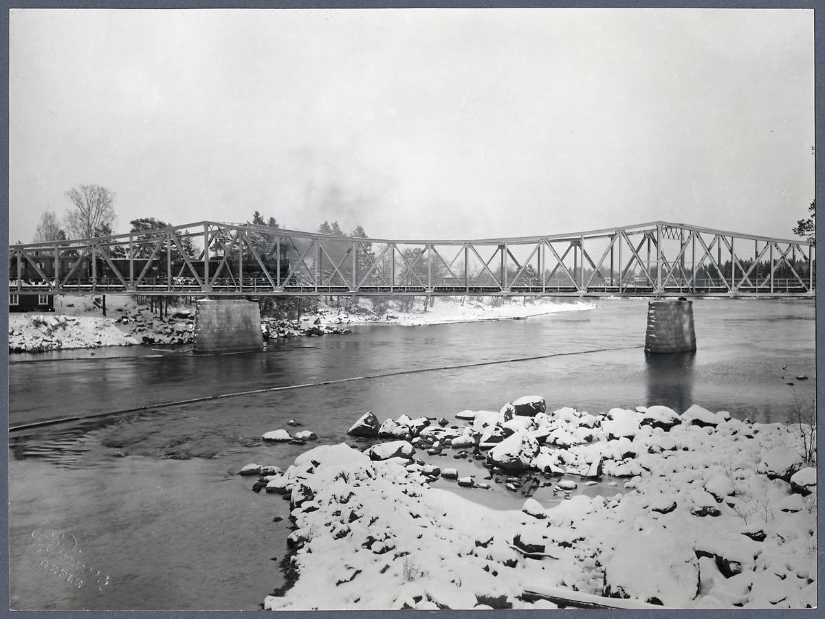 Järnvägsbro över Ljusnan älv. O. K. B. Ostkustbanan.