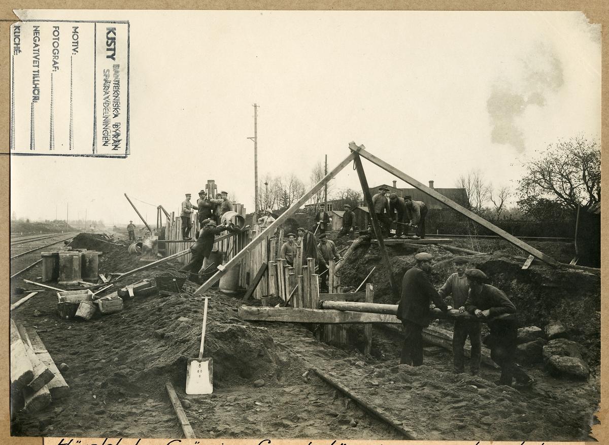 Grävning och läggning för avloppsledning i Hässleholm, Skåne 1918.
