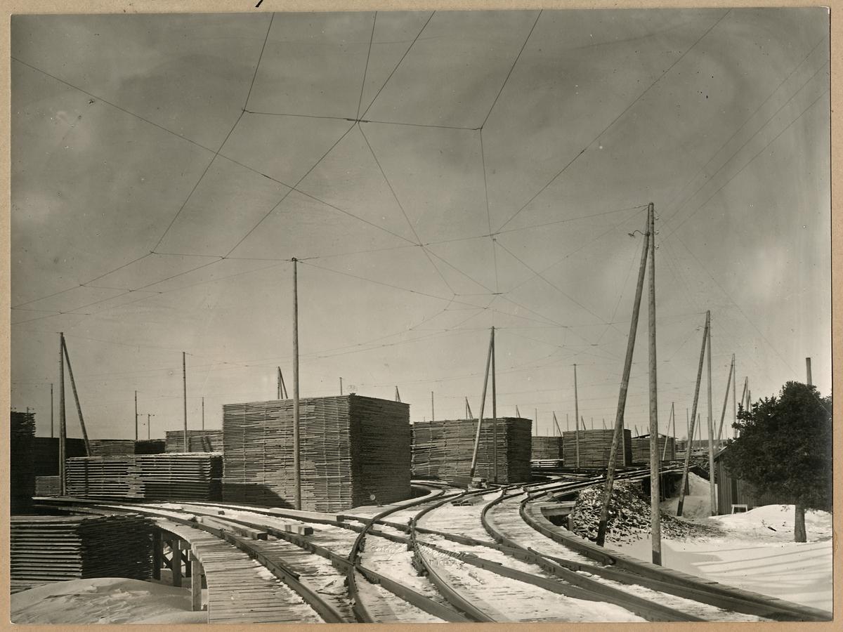 Statens Järnvägars slipersfabrik, Piteå. Räls på brygga till upplagsplats med sågat virke.