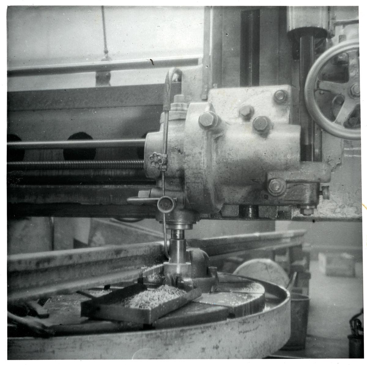 Maskin som fräser rältungor.