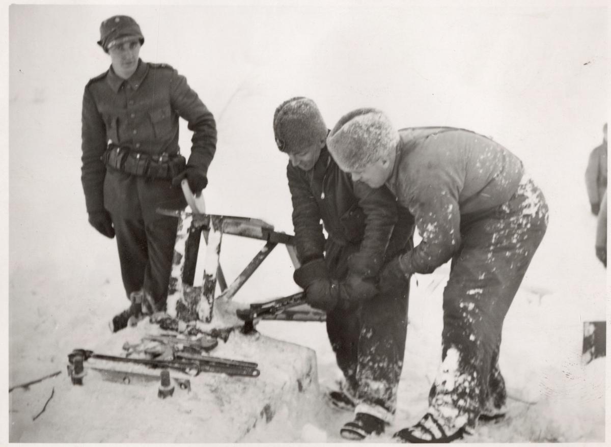 Personal i arbete vid en kontaktledningsstolpes fundament efter snöskred.