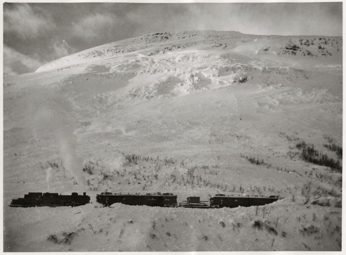 Vy på berg och tåg.