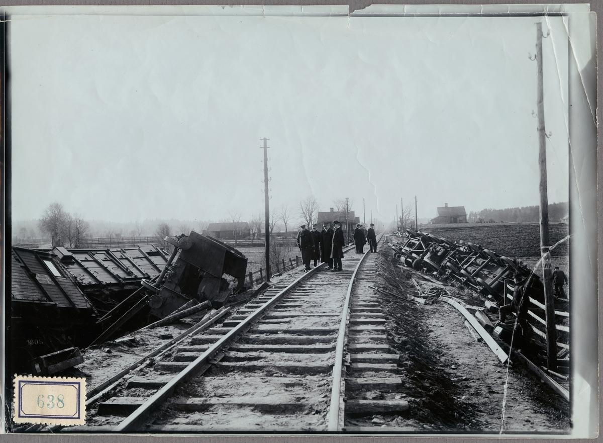 Statens Järnvägar, SJ Cc 405.  Olycksområde efter urspårning på linjen mellan Älmhult och Killeberg med personal, vagnar och lok i bild.