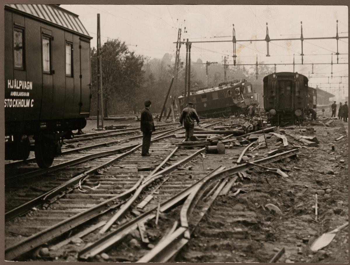 Statens Järnvägar, SJ D 298 och Hjälpvagn Ambulansvagn Stockholm C vid olycksplatsen i Älvsjö 1934.