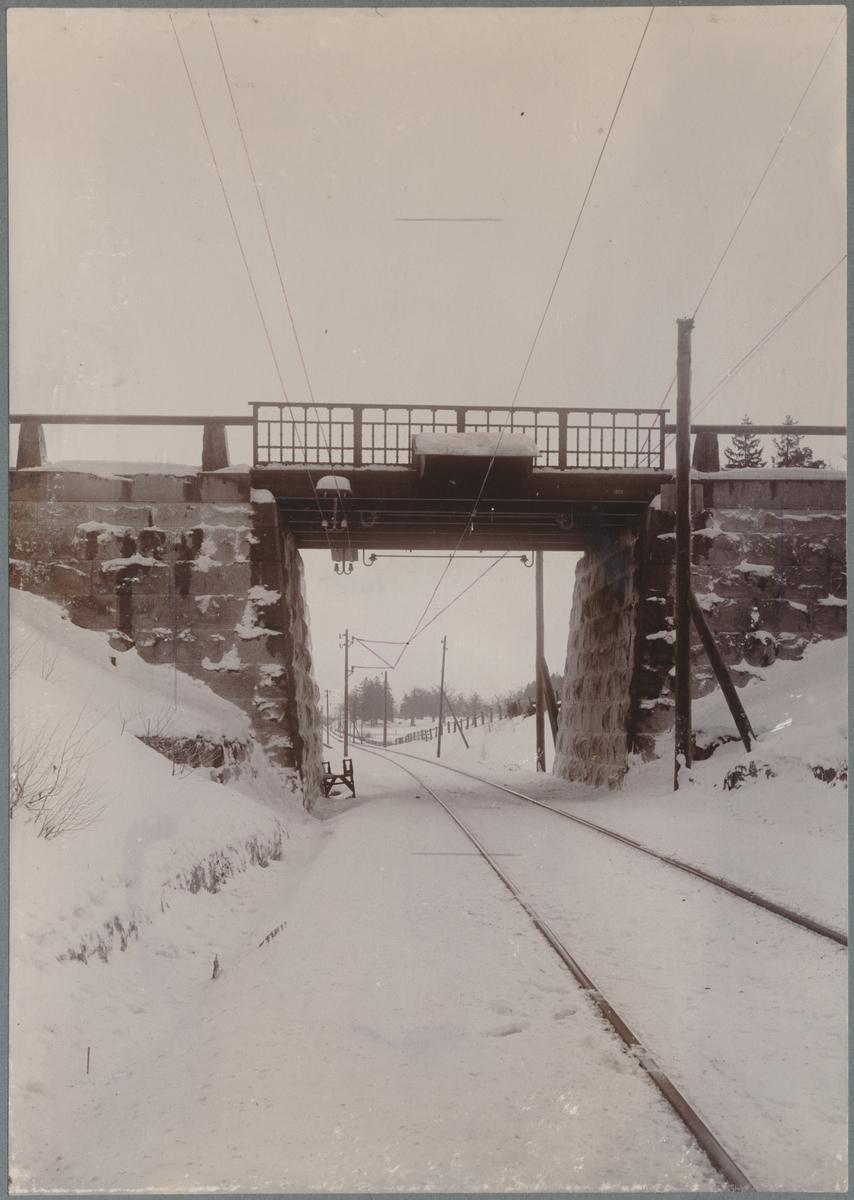 Försöksbanan Stockholm - Järva. Vägbro över järnvägen med skyddsutrustning för kontaktledning.