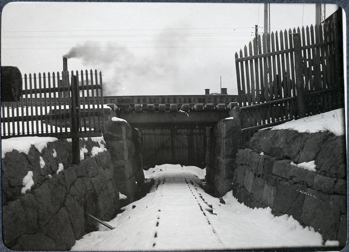 Album med fotografier från Bohusbanan. Vägport vid Lagerbergsgatan i Uddevalla.