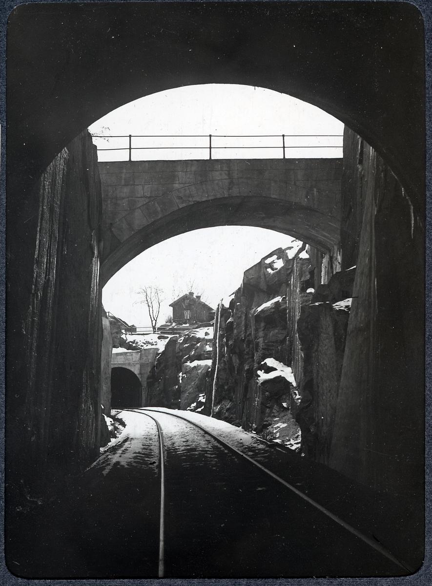 Album med fotografier från Bohusbanan. Vägbro vid Vadbacken.