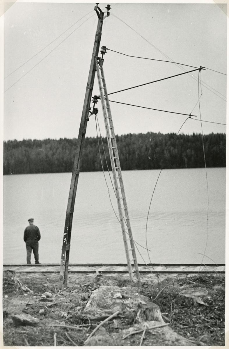 Bombningen vid Svartälvs Järnväg. Påverkan på ledningsstolpe.