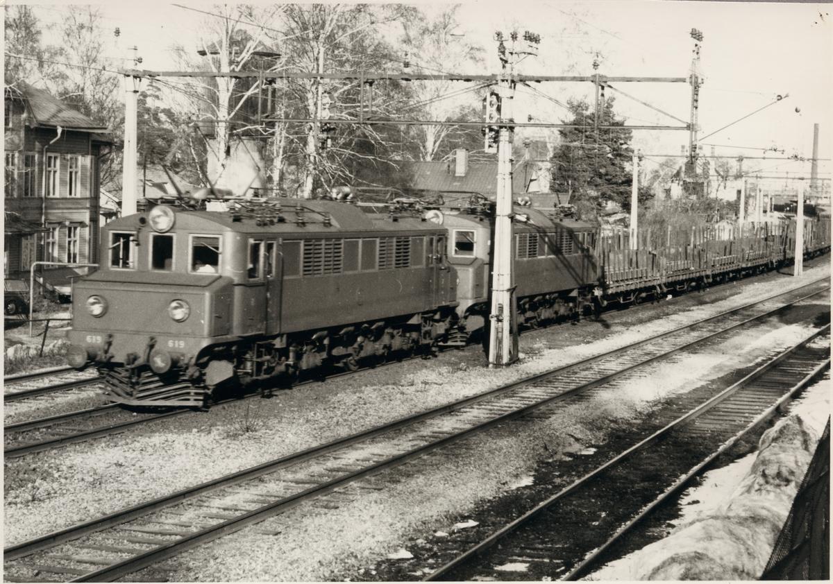 Statens Järnvägar, SJ Mg 610, SJ Mg 619.  Godståg med på bangård med vattentorn i bakgrunden.