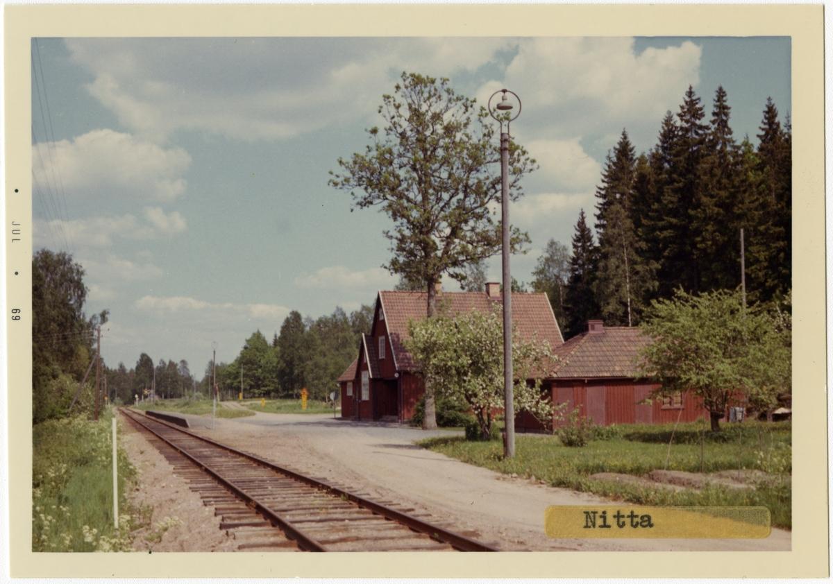 Vy vid Nitta .Station uppförd 1917enligt Arkitekt Rudolf Lagne,Göteborg ritningar. Envånings i trä, byggt i vinkel. Stationshuset såldes 1974 och ersattes med en öppen väntkur. Hållplatsen öppen till banan lades ned 1985-06-02 Hållplats anlagd 1917
