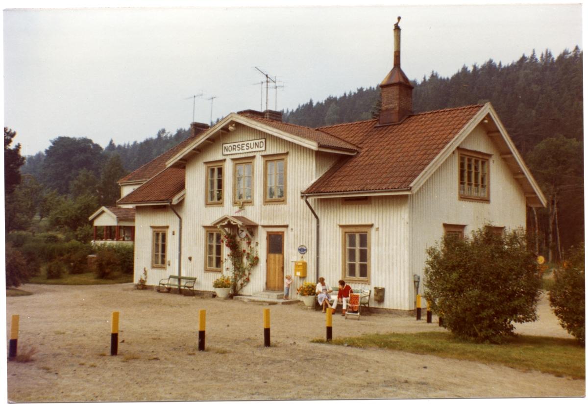 Stationshuset, enkelt envånings trähus, byggt 1870 .Även hållplats från 1.8.1867