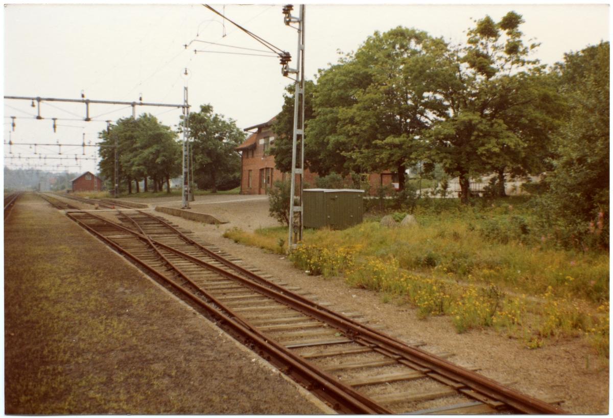 Trafikplats anlagd 1903. Stationshus i en och en halv våning i sten. Expeditionslokalerna renoverades 1945.