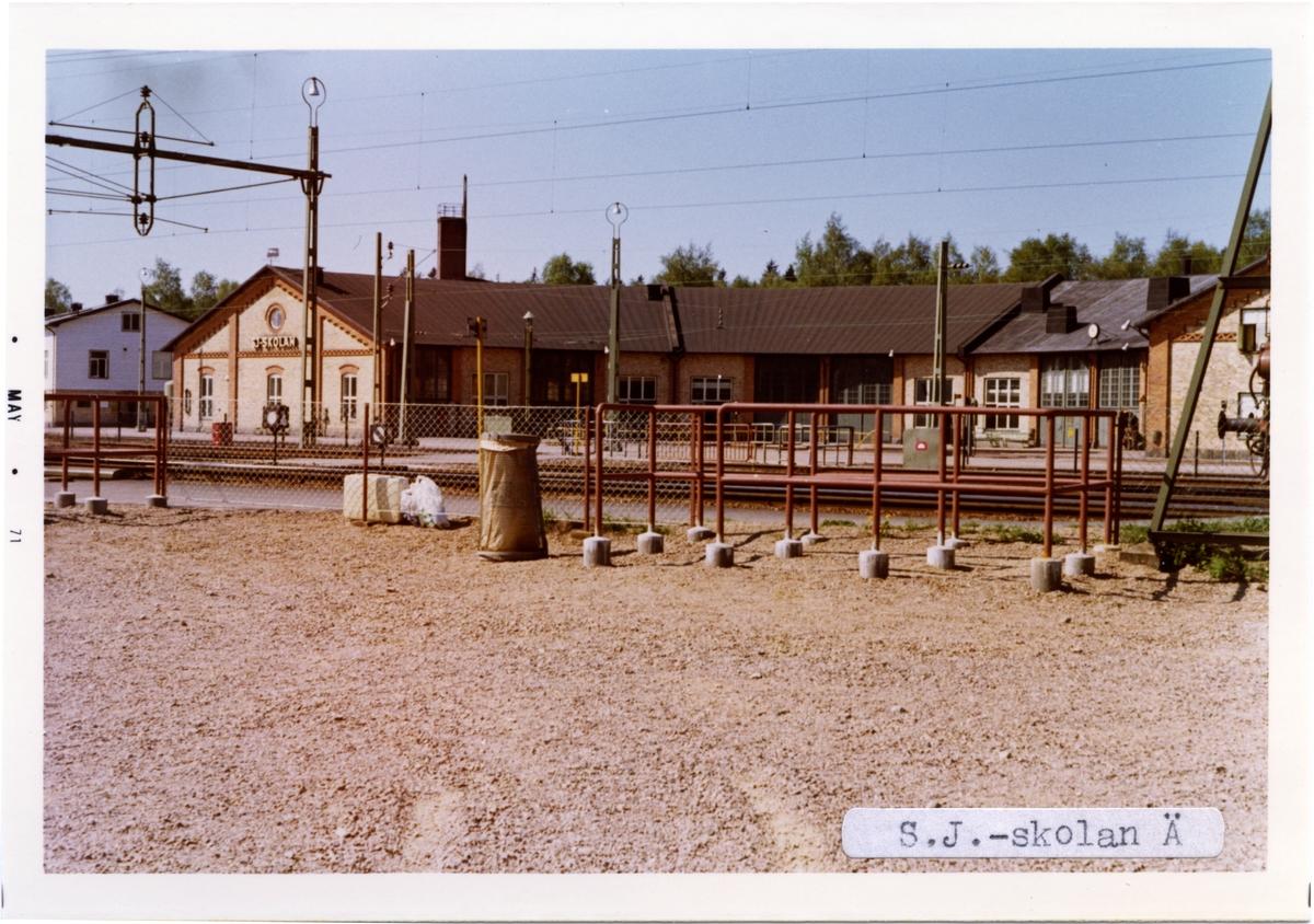 Den stora lokstallsbyggnaden, två rundstall, finns med verkstad kvar, och ingår numera i SJ-Skolan/Banskolan. Lokstallen uppfördes 1898 och tillbyggdes 1917. Järnvägsskolan startades 1955 med namnet SJ-skolan och därefter Banskolan. Numera är Järnvägsskolan en del av Trafikverket.