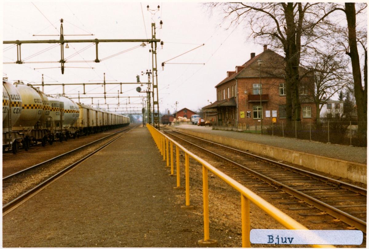 Stationen byggd 1875, Ny station byggd 1913 i två våningar i tegel. Till SJ 1940. Elektrifering kom 1943. godstrafik slut 1997 06 09. Några av Gullhögens cementvagnar står på bangården.