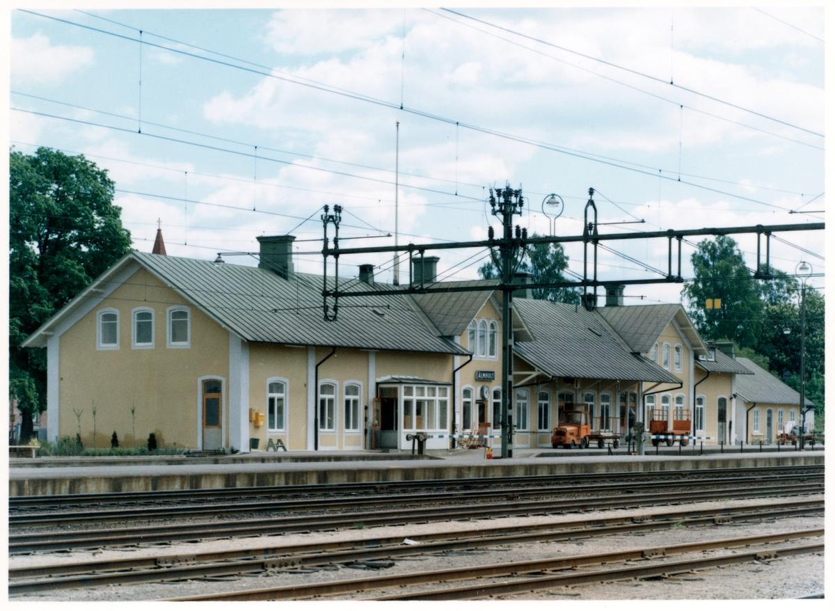 Ursprunglig stavning ELMHULT.  Stationen anlades 1862. Efter brand 24 december 1878 ombyggdes stationshuset. 1921 tillbyggdes norra och södra ändarna, varvid plats bereddes för postkontoret i stationens södra del. Envånings stationshus i sten.
