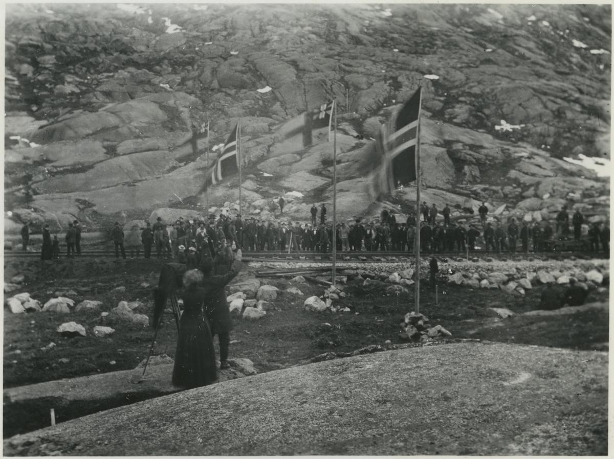 Rälsläggningen framkommer till Riksgränsen från norska sidan.
