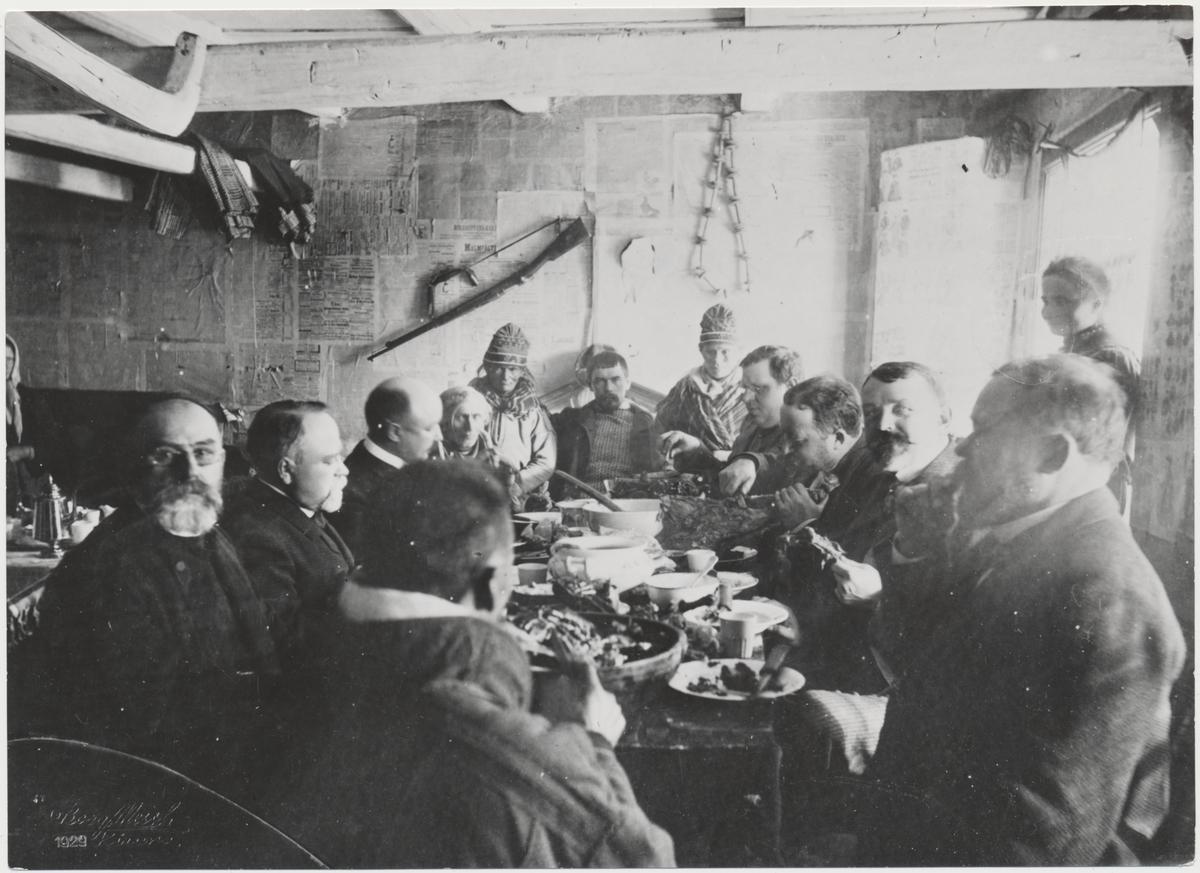 Samemöte på Spetsgård i Jukkasjärvi 1901. Där bland annat Landsekreterare Piper, Albert Engström, Landshövding C.J Bergström och Direktör Hjalmar Lundbom deltar.