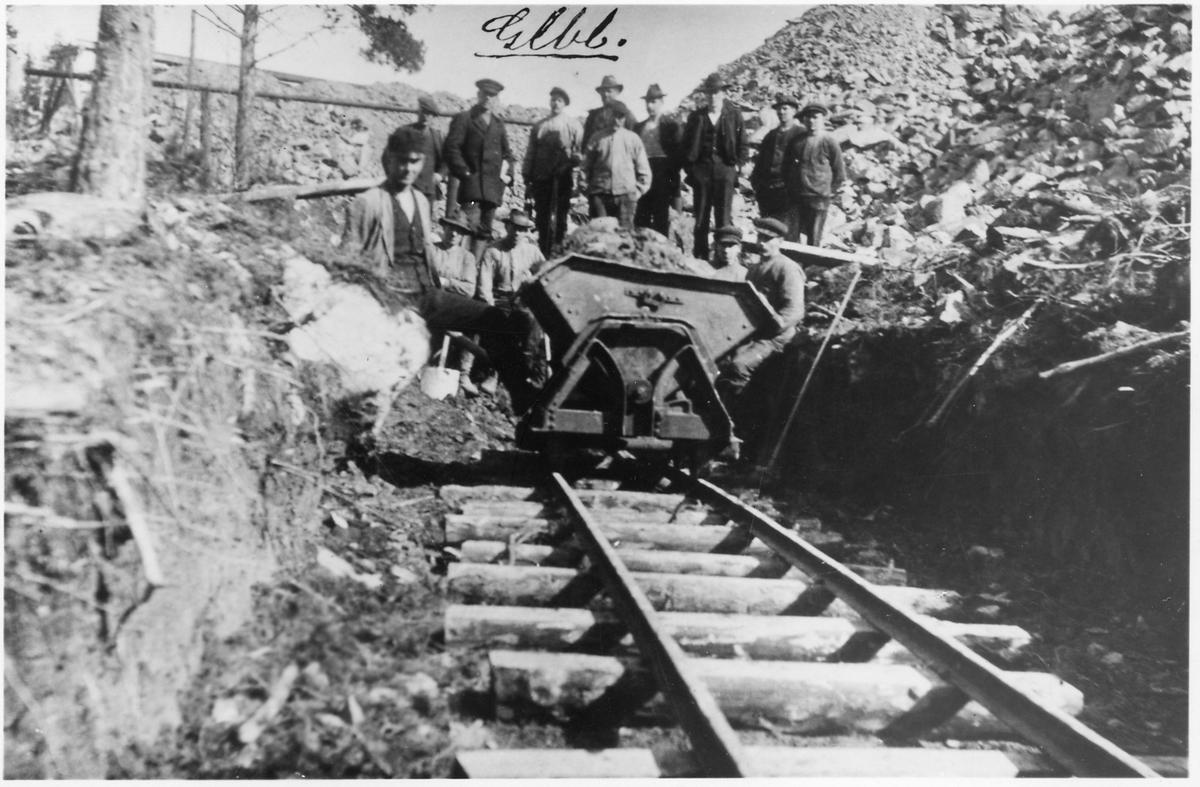 Banarbetare någonstans på linjen mellan Guldsmedshyttan och Gullblanka.