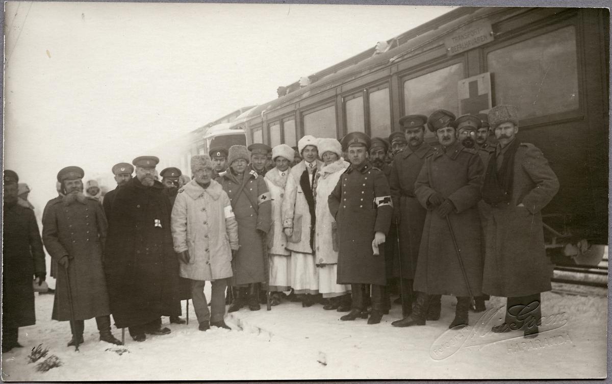 Sjukvårdspersonal framför ett krigsinvalidtåg.