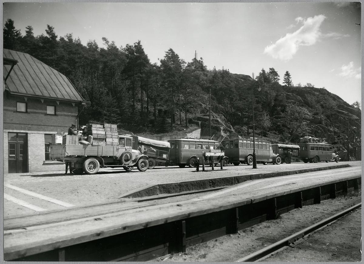 Bussar och lastbil vid Dingle station. Statens Järnvägar, SJ.
