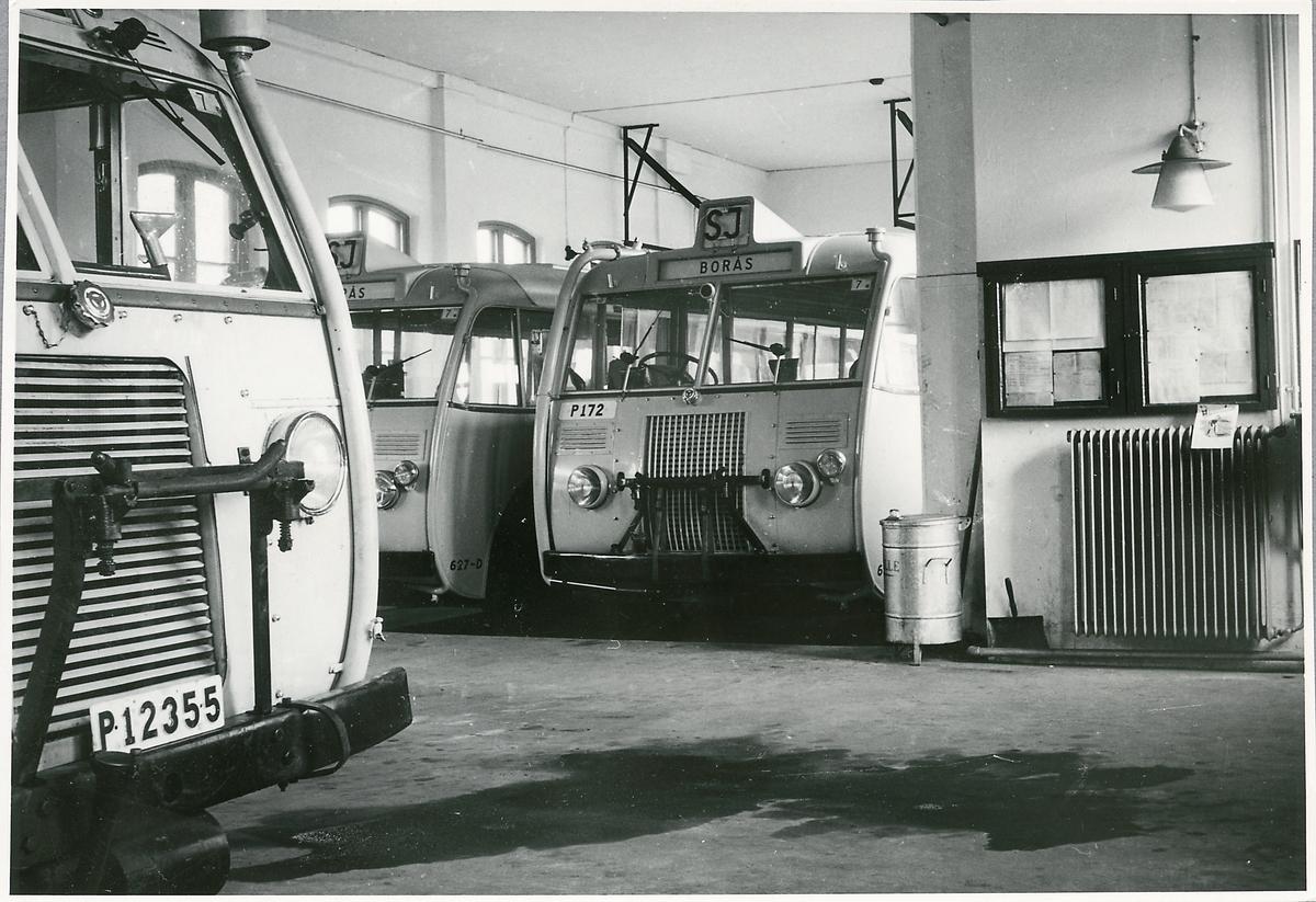 Statens Järnvägar, SJ buss 437, 626 och 627-D i garage.