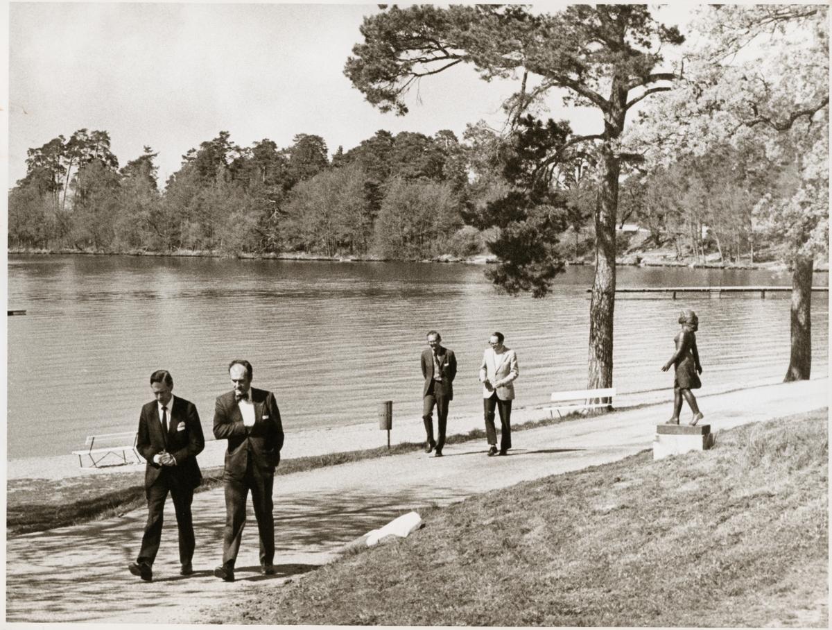 Deltagarna tar en promenad med Lars Peterson i täten, under en paus i konferensen i Sundbyholm.