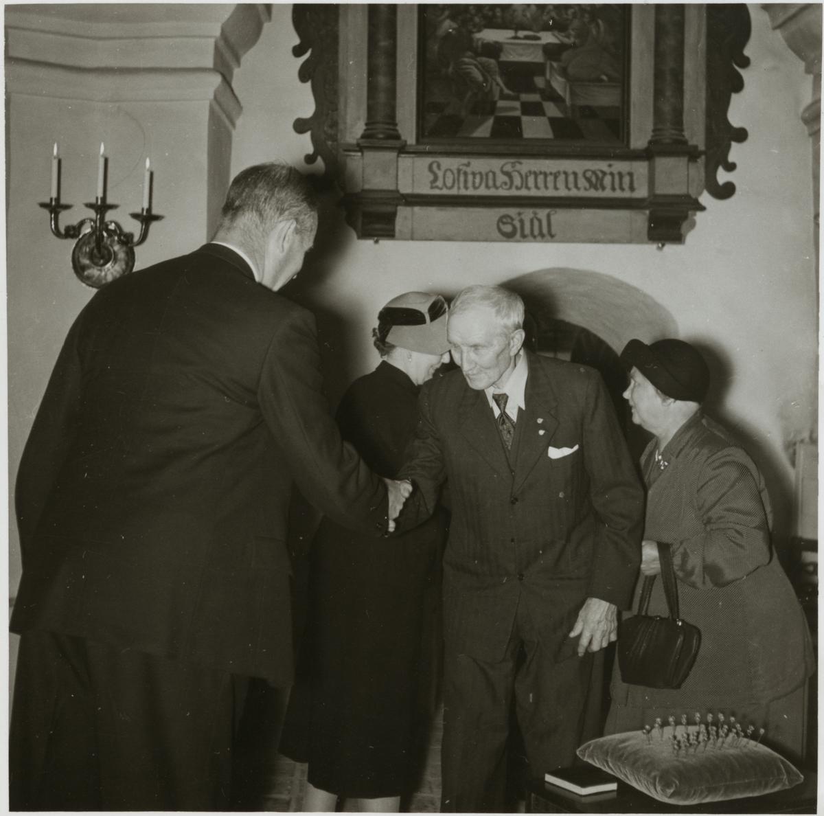 Trafikchef Granfeldt med fru och före detta stationskarlen Axel Thorsell med fru.