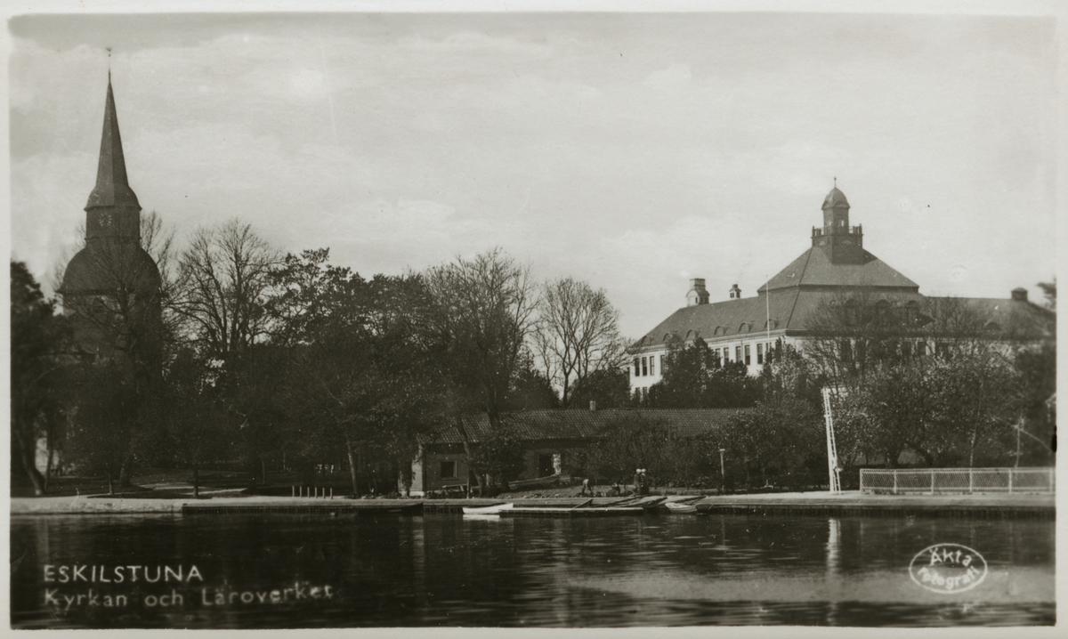 Eskilstunaån med kyrka och läroverket i bakgrunden.