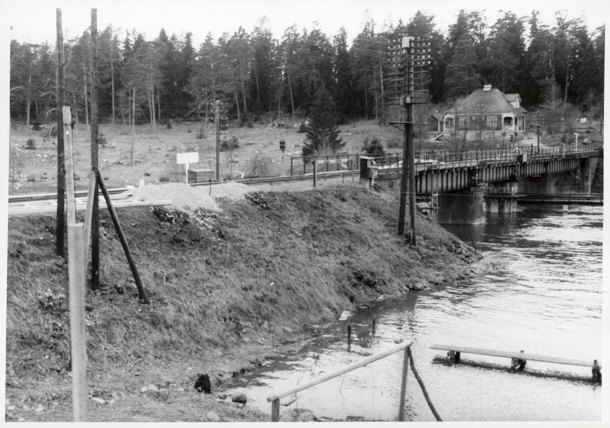 Svängbara järnvägsbron vid Stäket, på sträckan mellan Stäket och Kungsängen.