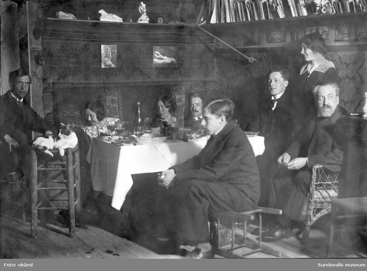 Motiv från konstnären Carl Frisendahls ateljé i Paris. Carl Frisendahl (sittande bakom bordet) med konstnärsvänner.