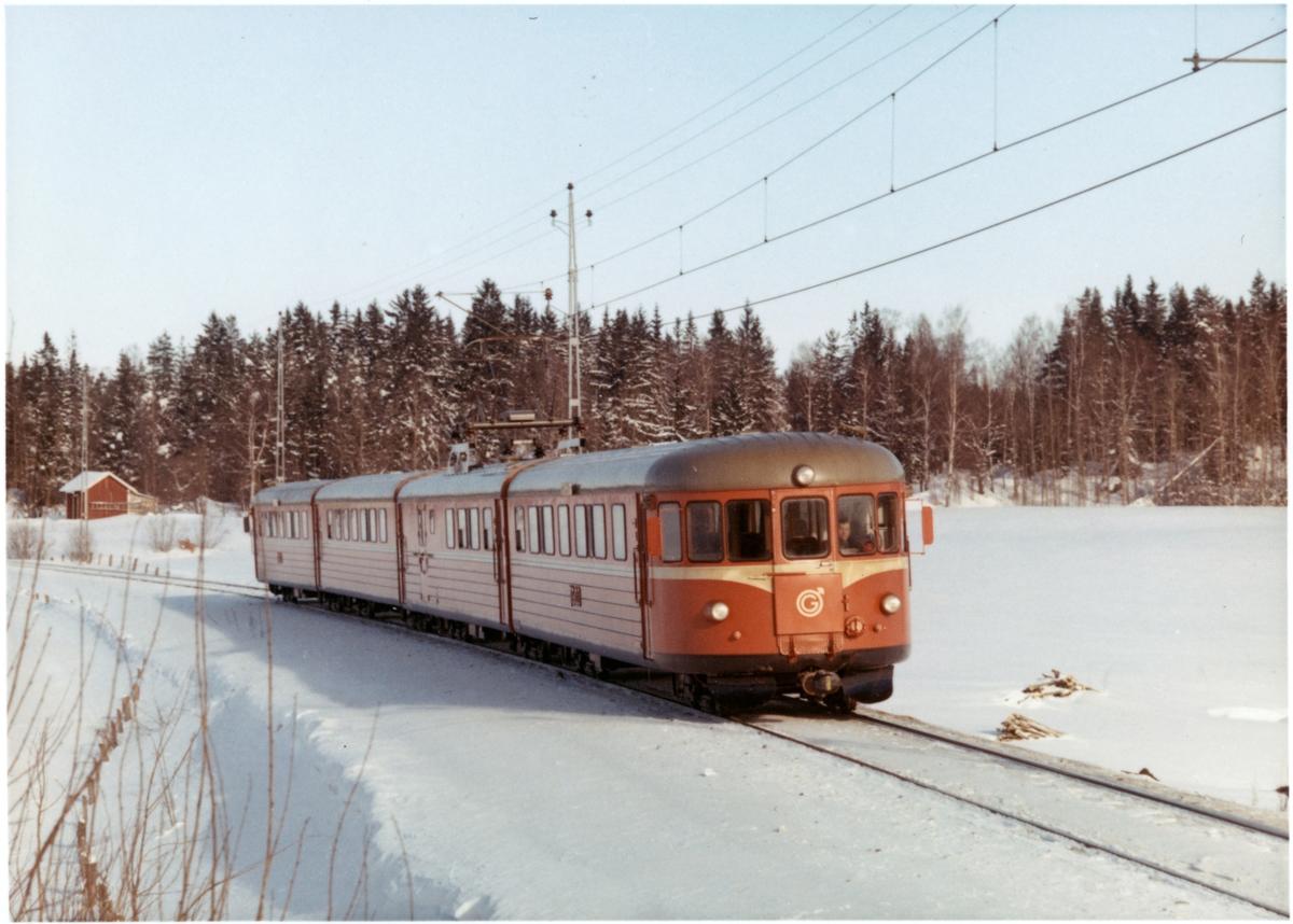 Trafikaktiebolaget Grängesberg - Oxelösunds Järnvägar, TGOJ Yoa104 rälsbusståg på linjen mellan Mellösa och Flens Övre under vintertid.
