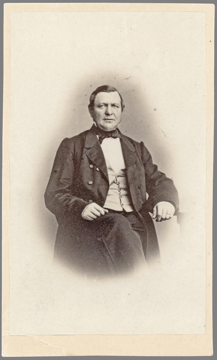Porträtt av John Lenning. Medlem av Borgenskapets äldste i Norrköping. Även fabrikör i staden.