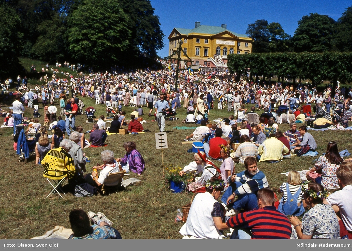 Midsommarfest vid Gunnebo slott i Mölndal den 24/6 1994. Slottet är målat i gult. D 19:36.