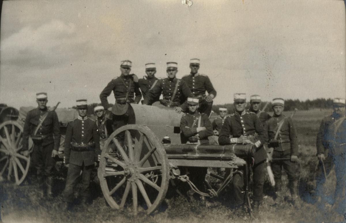 Soldater ur Göta livgarde och Svea artilleri regemente med 7,5 cm kanon m/1902.
