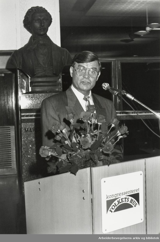 Folkets Hus. LO-formannen Leif Haraldseth holder åpningstalen ved innvielsen av kongressenteret under bysten av Marcus Thrane. Oktober 1989